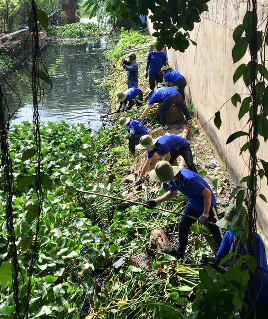 Green Summer volunteers clean up canals, build roads and houses hinh anh 1