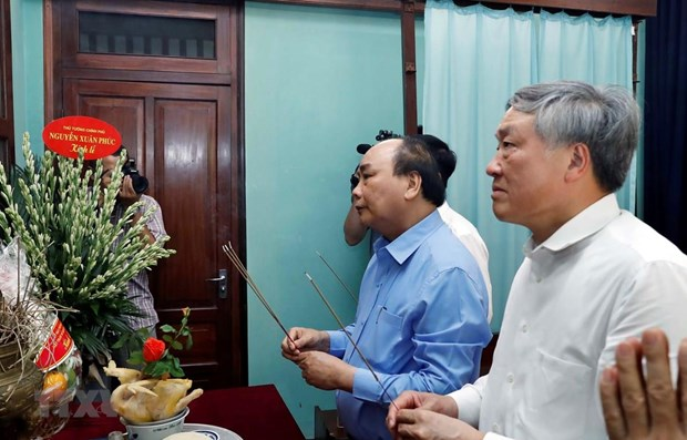 Prime Minister offers incense in tribute to late President hinh anh 1