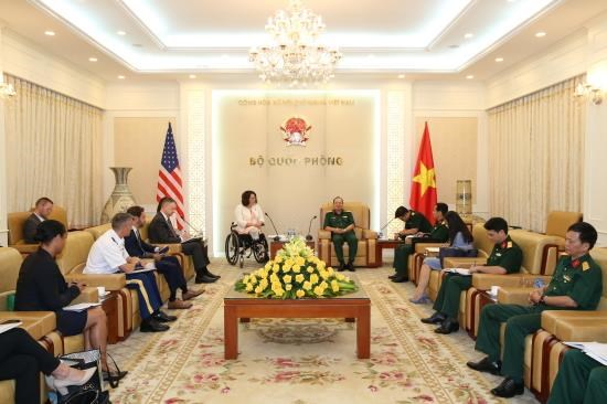 Deputy Chief of the General Staff receives US Senator hinh anh 1