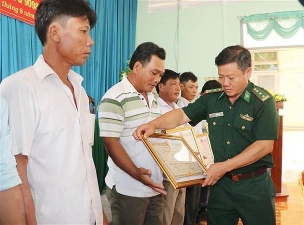 Vietnamese fishermen awarded for saving Philippine sailors hinh anh 1