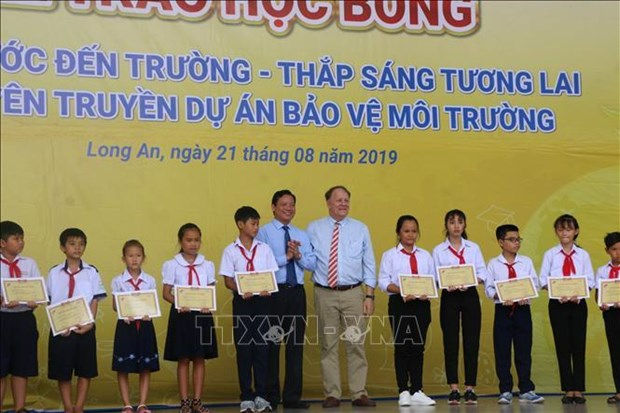 120 scholarships presented to poor students in Long An hinh anh 1
