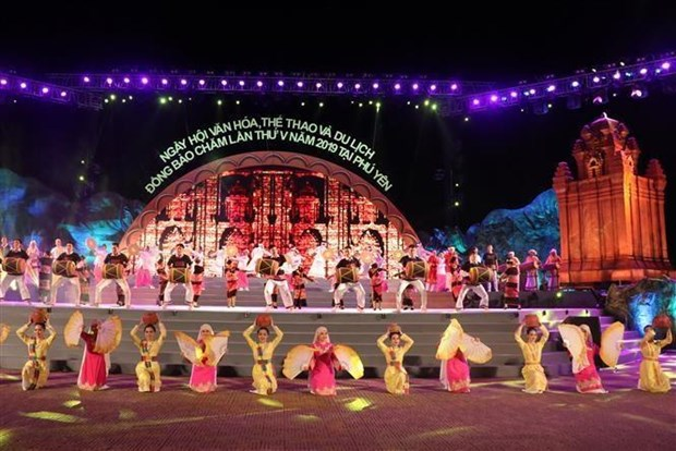 Festival highlighting Cham ethnic culture closes hinh anh 1
