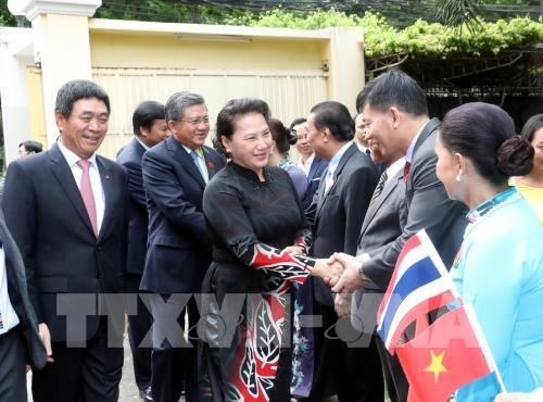 NA Chairwoman meets embassy staff, community representatives in Thailand hinh anh 1