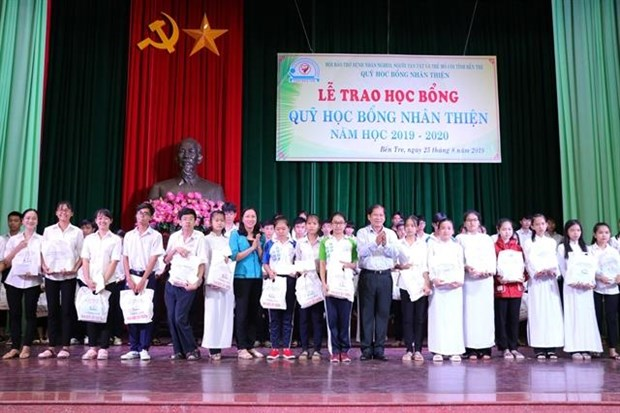 Poor students in Ben Tre province receive scholarships hinh anh 1