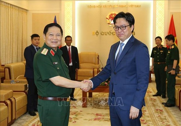 Defence Minister receives Cambodia diplomat hinh anh 1