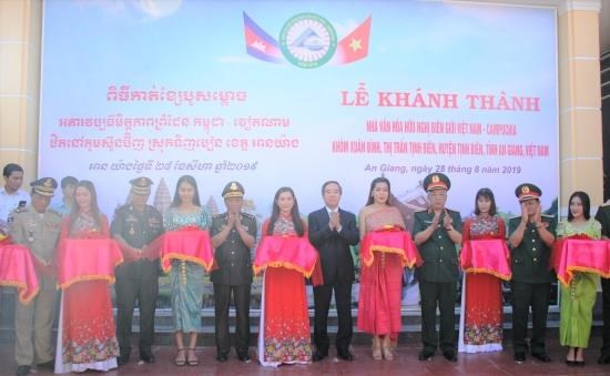 Vietnam-Cambodia border friendship cultural house inaugurated hinh anh 1