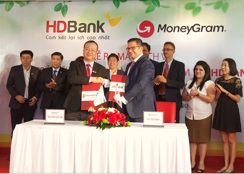 HDBank, MoneyGram sign deal for home remittance service hinh anh 1