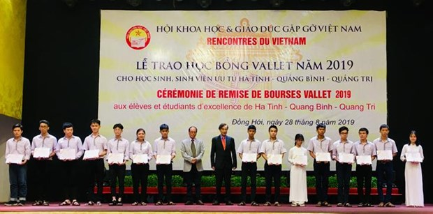 Vallet scholarships presented to excellent students in central provinces hinh anh 1