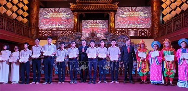 Vallet scholarships presented to Thua Thien-Hue students hinh anh 1