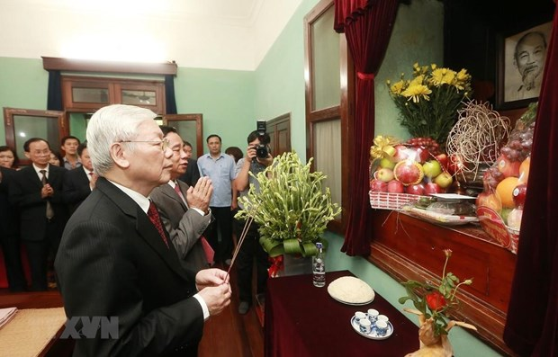 Party leader-President Nguyen Phu Trong offers incense to President Ho Chi Minh hinh anh 1