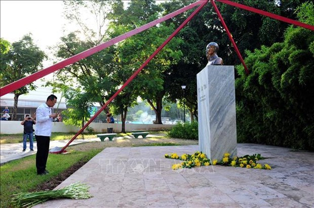 Flower offering in Cuba marks 50 years of late President's testament hinh anh 1