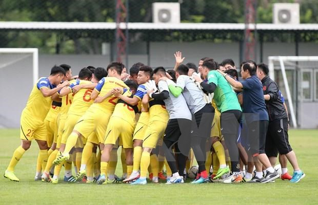 PM shows support for players before World Cup qualifier in Thailand hinh anh 1
