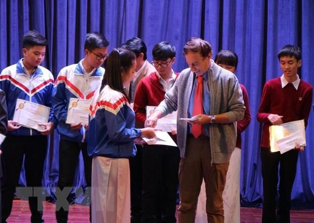 Vallet scholarships presented to students in central region hinh anh 1