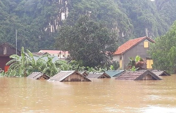 PM asks for efforts to overcome flood consequences in central localities hinh anh 1