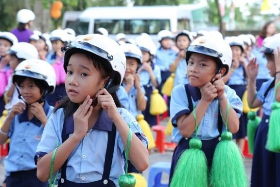 Honda Vietnam to present over 176,000 helmets to Hanoi school children hinh anh 1