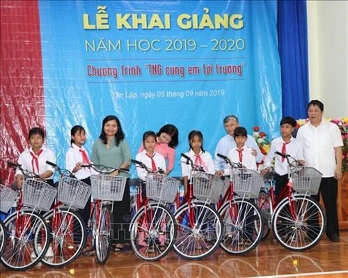 Vietnamese students get gifts on new school year hinh anh 1