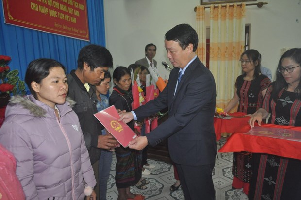 Thua Thien-Hue: Nine Laotians receive Vietnamese nationality hinh anh 1
