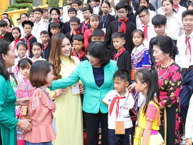 Vice President hosts disadvantaged youths with outstanding achievement hinh anh 1