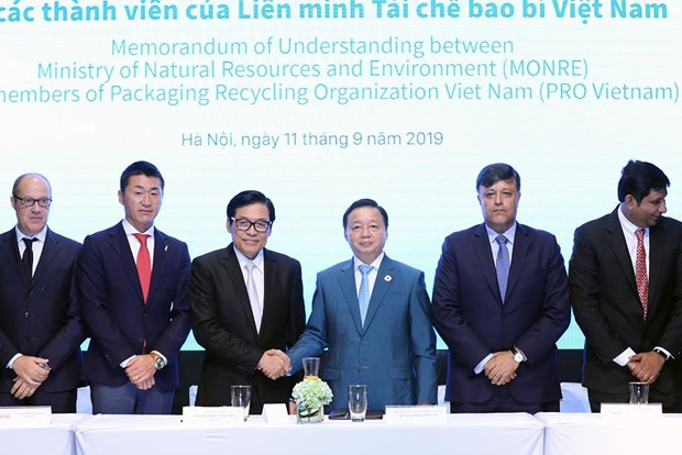 Ministry, packaging industry join hands to handle plastic waste hinh anh 1