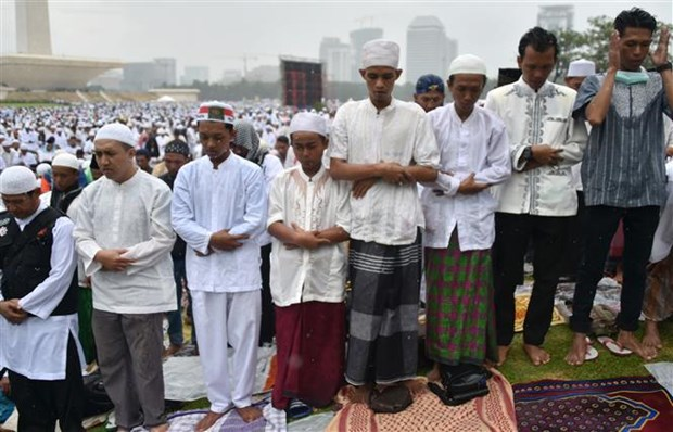 Indonesian people pray for rain amid raging forest fires hinh anh 1