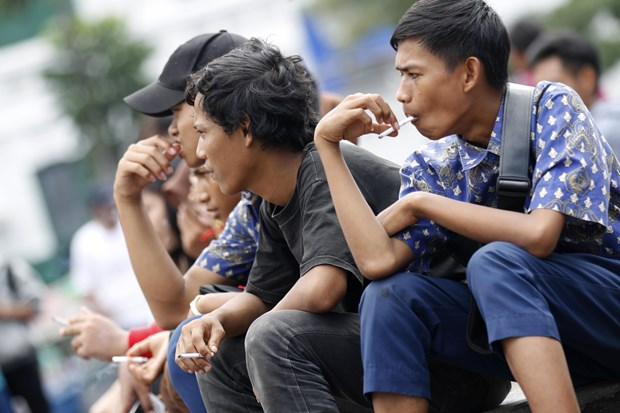 Indonesia to raise cigarette prices by more than a third hinh anh 1