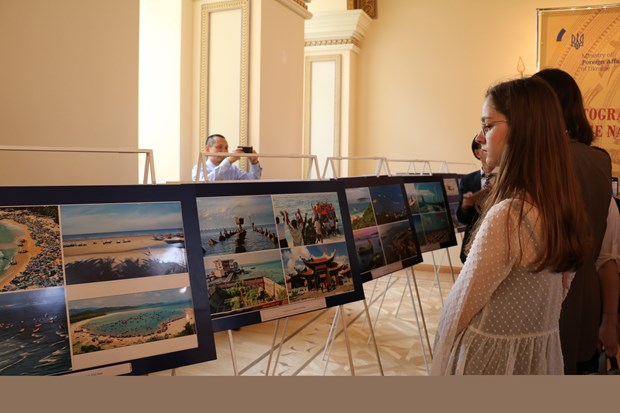 Vietnamese land, people spotlighted at photo exhibition in Ukraine hinh anh 1