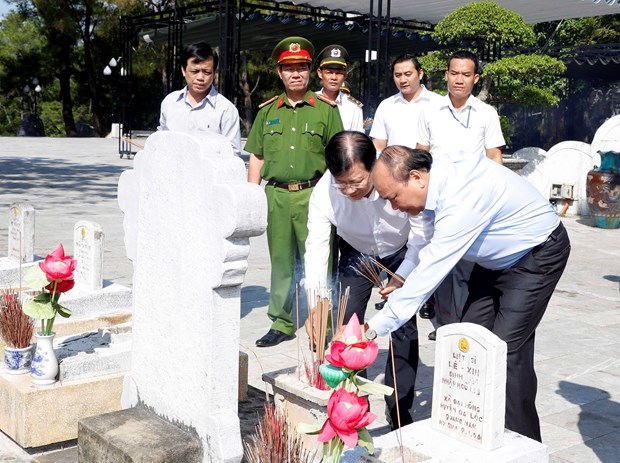 Prime Minister offers incense to commemorate fallen soldiers in Quang Tri hinh anh 1
