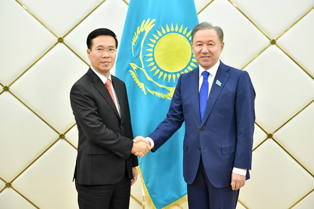 Politburo member Vo Van Thuong visits Kazakhstan hinh anh 1