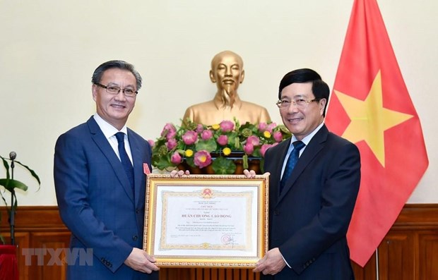 First-class Labour Order presented to outgoing Lao Ambassador hinh anh 1
