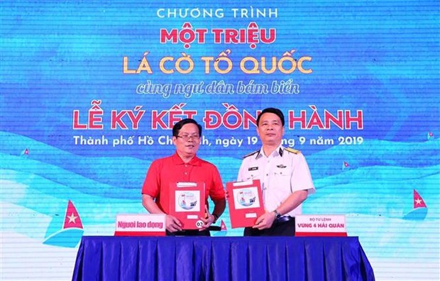 Navy joins programme to present a million national flags to fishermen hinh anh 1