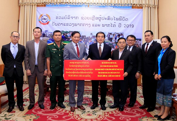 Vietnamese community in Laos donate for flood victims hinh anh 1