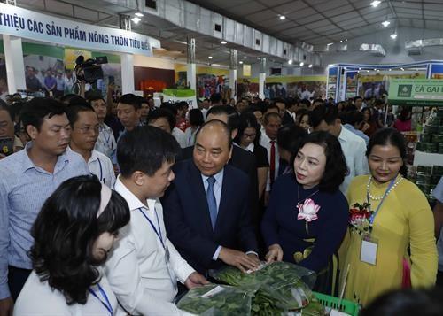 PM Nguyen Xuan Phuc inaugurates OCOP fair of Hanoi hinh anh 1