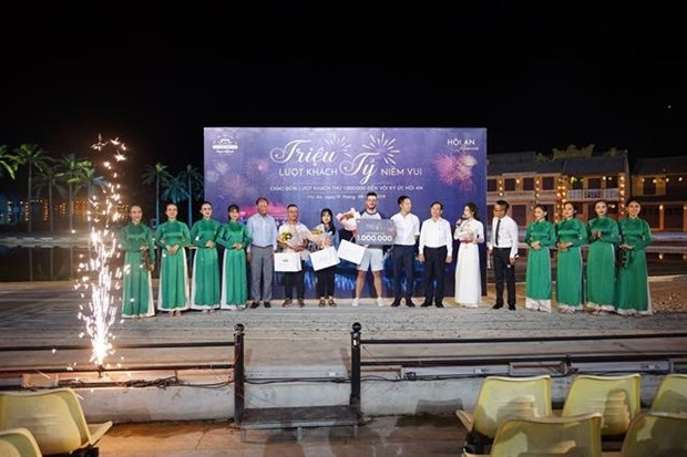Hoi An Memories show hosts the one millionth audience hinh anh 1
