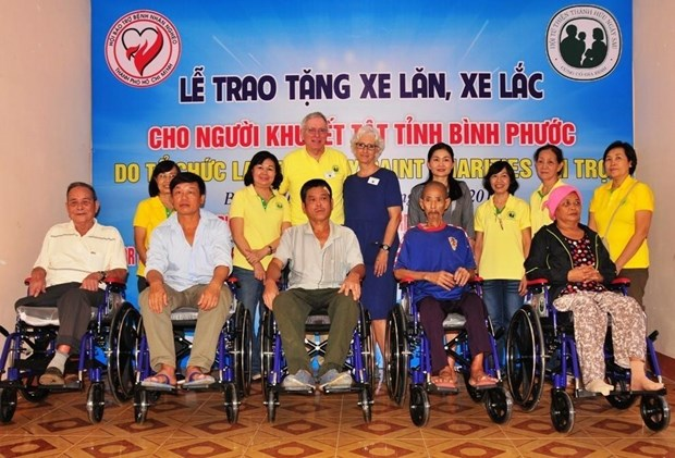 US charity gives wheelchairs to the disabled in Binh Phuoc hinh anh 1