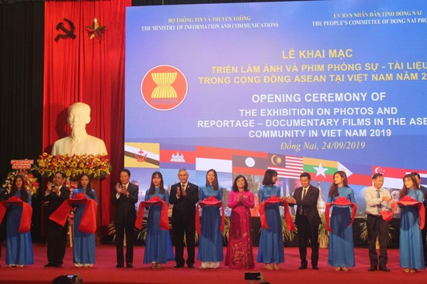 Exhibition features photos, documentaries on ASEAN Community hinh anh 1