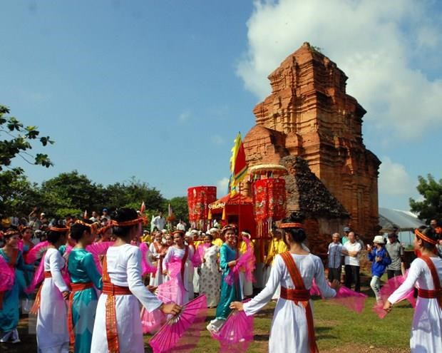 Binh Thuan leaders extend greetings to Cham Brahman community on Kate Festival hinh anh 1
