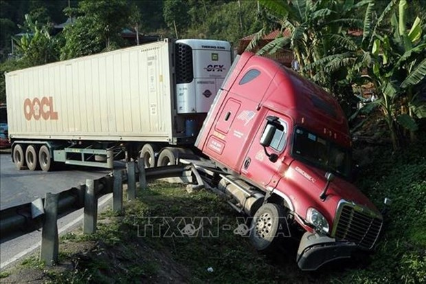 Ministry cracks down on container trucks violating rules hinh anh 1