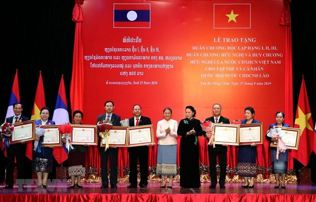 Friendship orders presented to Lao NA collectives, individuals hinh anh 1