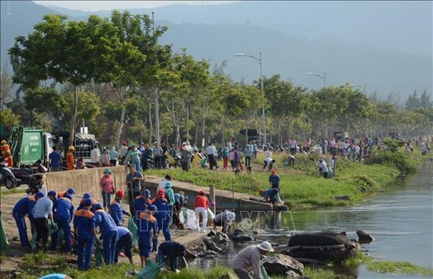 More than 2,000 people join beach cleaning in Da Nang hinh anh 1