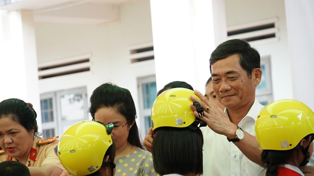 Over 1,300 primary students in Gia Lai receive free helmets hinh anh 1