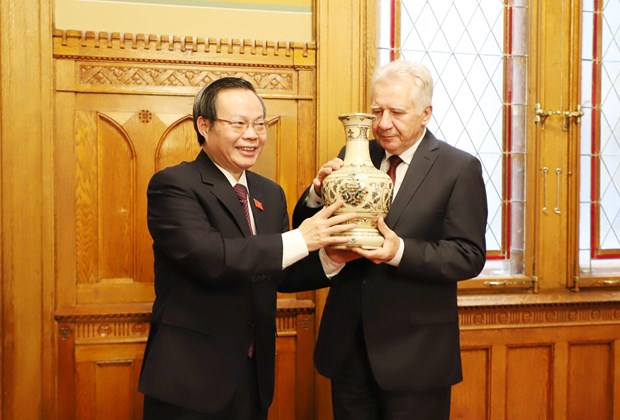 NA Vice Chairman Phung Quoc Hien visits Hungary hinh anh 1