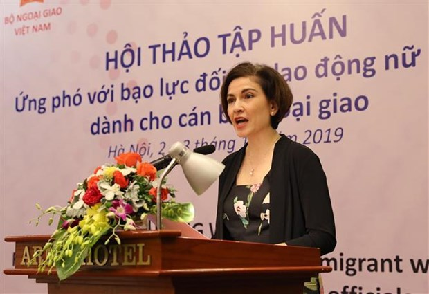 Diplomats trained to protect women migrant workers from violence hinh anh 1