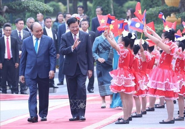 Lao press highlights PM Thongloun Sisoulith's visit to Vietnam hinh anh 1