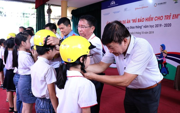 Over 2,000 helmets presented to Thai Nguyen's pupils hinh anh 1