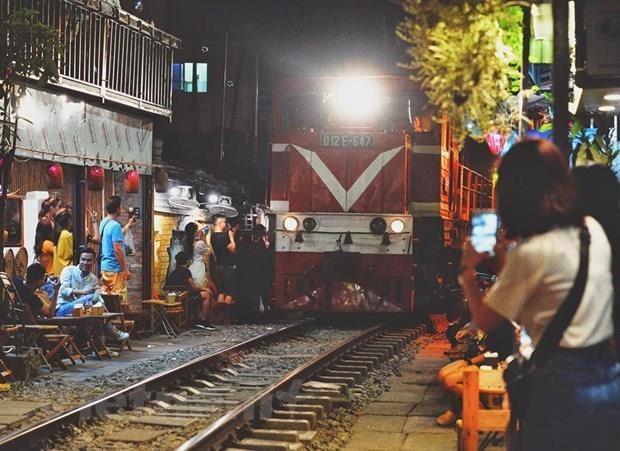 Hanoi urged to shut down cafe shops along railway tracks hinh anh 1