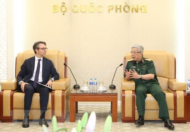 Deputy Defence Minister Nguyen Chi Vinh receives foreign guests hinh anh 1