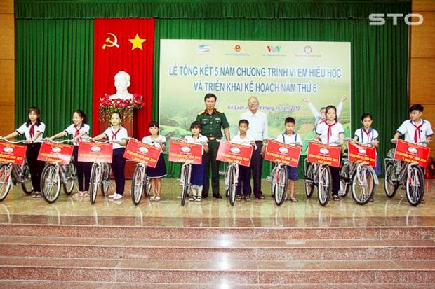Programme helps poor students pursue study hinh anh 1