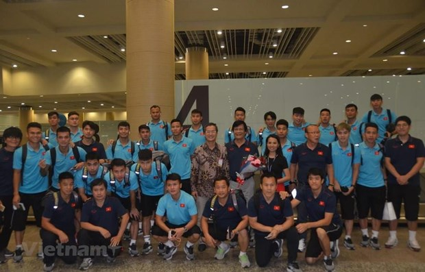 Vietnam's national football squad welcomed in Indonesia hinh anh 1