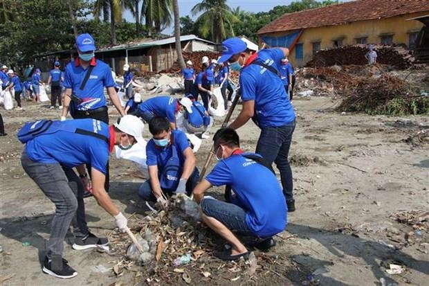 About 200 volunteers clean up Red River area, Long Bien Bridge hinh anh 1