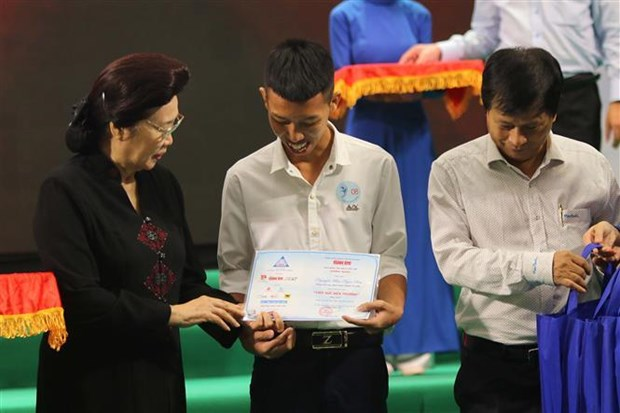 Scholarships given to 150 poor university students in southeastern region hinh anh 1